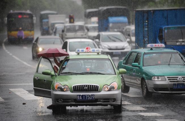 在廣州,有近四萬出租車司機每天活躍在大街小巷。(新華社)