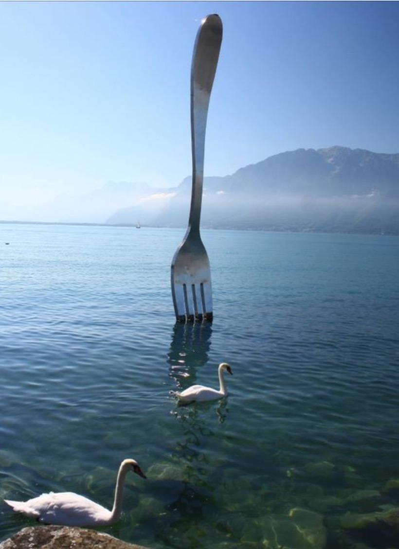 日內瓦湖中有支重量1100磅的巨叉,成為沃韋的地標。