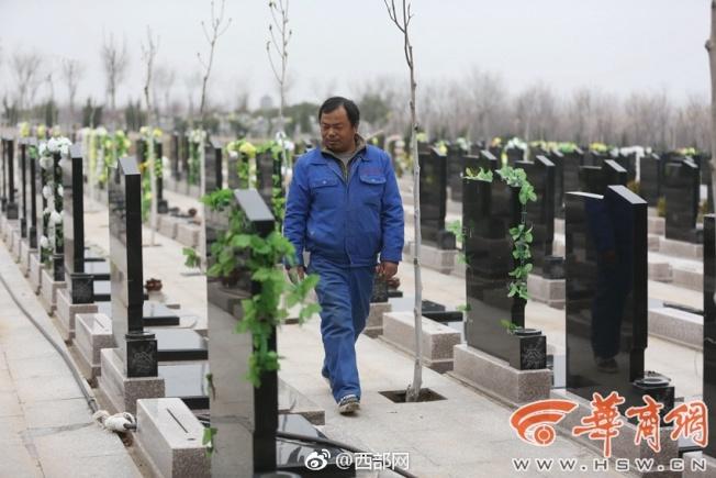 長安區的鳳棲山墓園開建後不久,張東安就被聘雕刻墓碑。(取材自華商報)