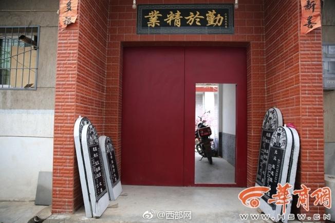 按照傳統清明節是給故人立碑的時候,在一戶村民家門口,刻好的墓碑等待認領。(取材自華商報)