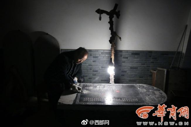 每天從陵園下班回家後,閒不住的張西安,還要在家裡雕刻幾塊墓碑。(取材自華商報)