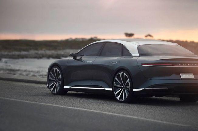 此次曝光的原型車採用雙色設計,將銀色元素與車身大面積的灰色相互融合。(摘自Lucid)