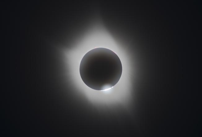 在毛卷雲遮擋下拍攝的日冕和貝麗珠,這個畫面出現的時間不到半秒鐘。