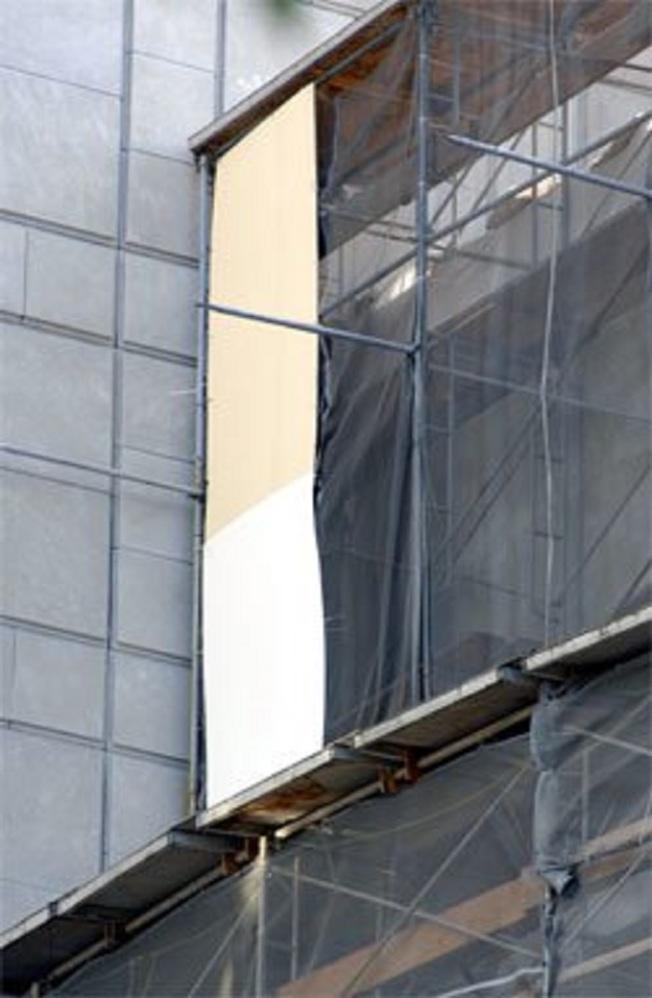 2007年古根漢美術館重新粉刷時引發爭議,從圍欄落下的掛布上,可看到兩方各自支持的顏色。(取自Newsday)