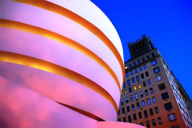夕陽映照下的古根漢美術館,如果萊特當年如願漆上粉紅色,看起來也許是這樣。(Getty Images)