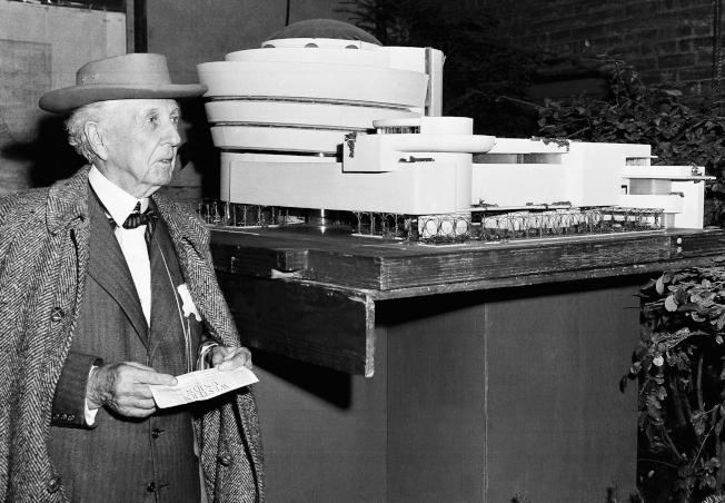 1953年,萊特立於古根漢美術館模型旁。(Getty Images)