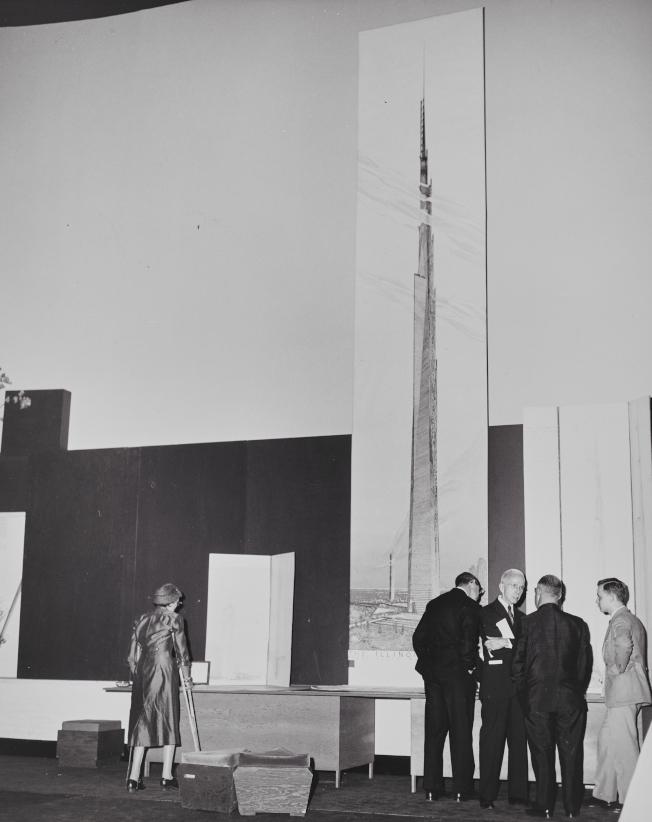 萊特1956年在芝加哥召開記者會,將「一哩之高」(伊利諾大廈)的設計圖放大成22呎長。(MoMA提供)