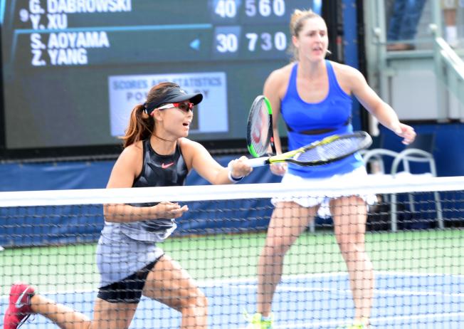 溫網女雙決賽,徐一幡(左)延一天再戰。 (本報資料照)