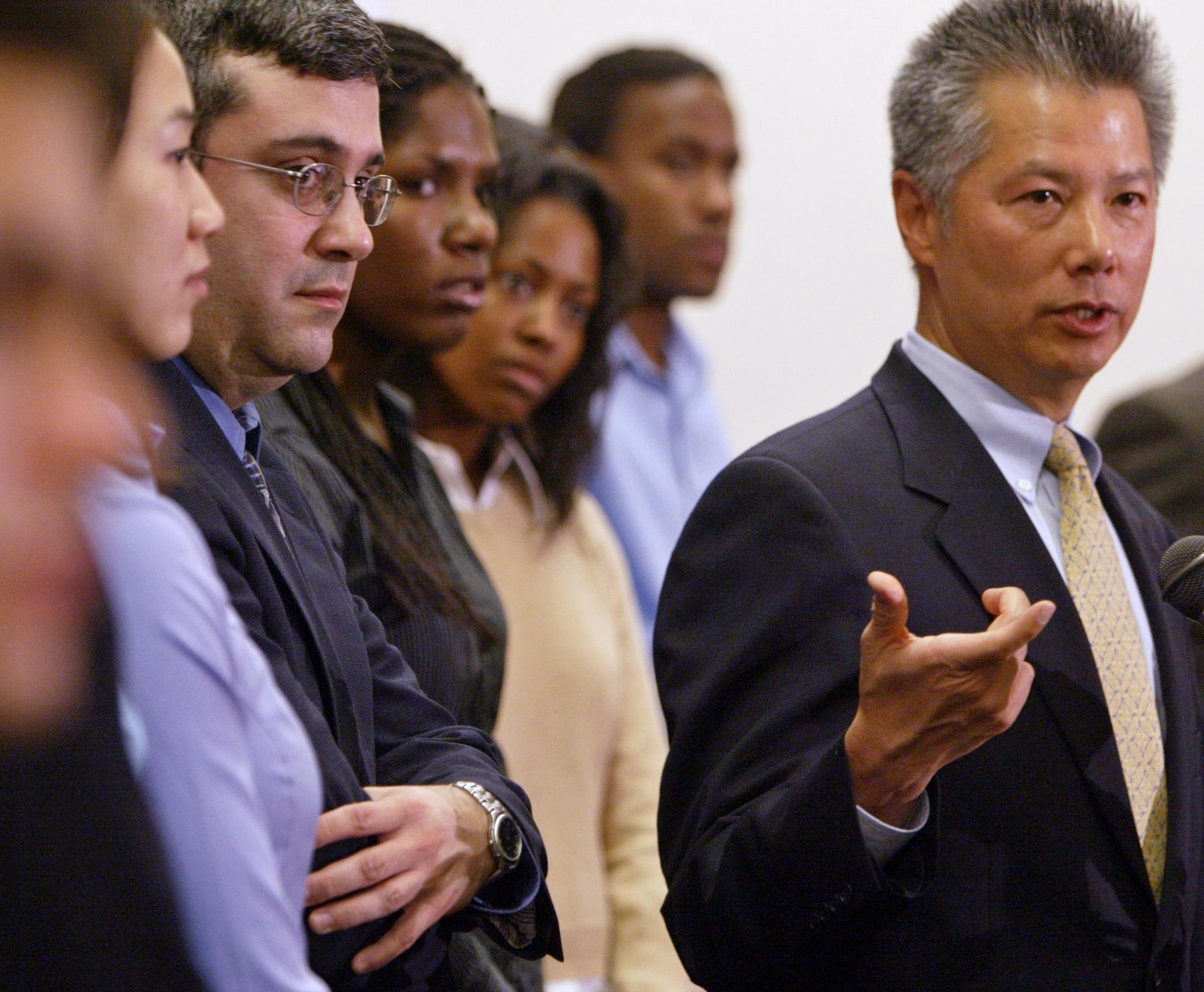 前司法部助理部長李亮疇領銜的律師團隊,代表黑人、西語裔與亞裔雇員,向知名服裝品牌 Abercrombie & Fitch提起訴訟,該公司於2004年同意支佉4000萬元和解。(美聯社)