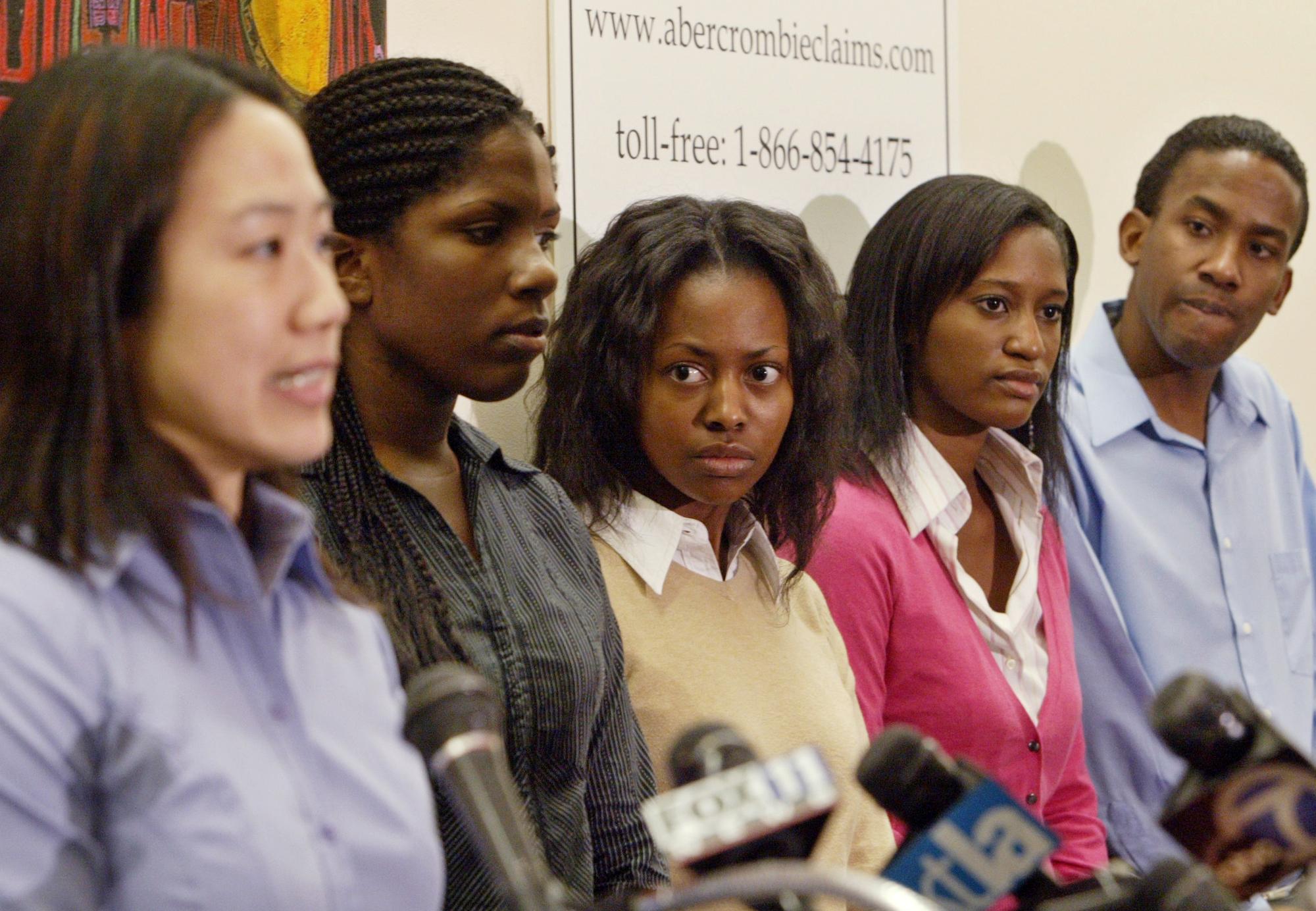 時年22歲的余珍妮(左)代表亞裔雇員控訴知名服裝品牌Abercrombie & Fitch。(美聯社)