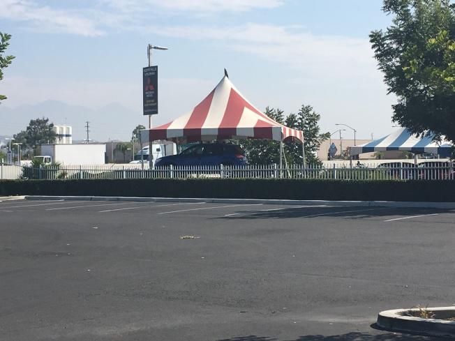 案發地點就在靠近紅白條紋帳篷的停車場內。(記者王全秀子/攝影)