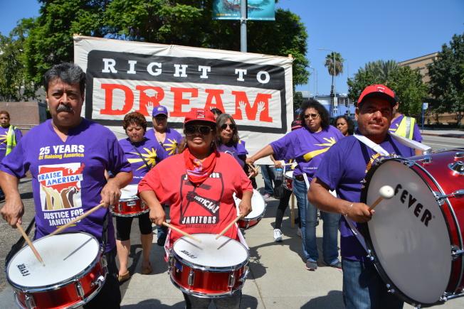 近200位抗議者5日中午齊聚洛杉磯市中心聯邦行政大樓前,抗議取消DACA。(記者高梓原/攝影)