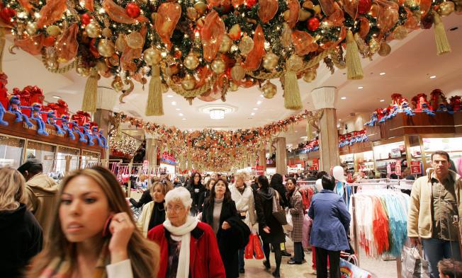 各大百貨公司和賣場隔三差五促銷,「買買買」似乎變成理所當然的一件事。(Getty Images)