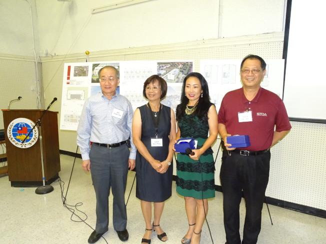 主持人范增璞(左二)、周禧(左一)致贈紀念品給兩位主講人李兆瓊(右一)、Anna Wang。