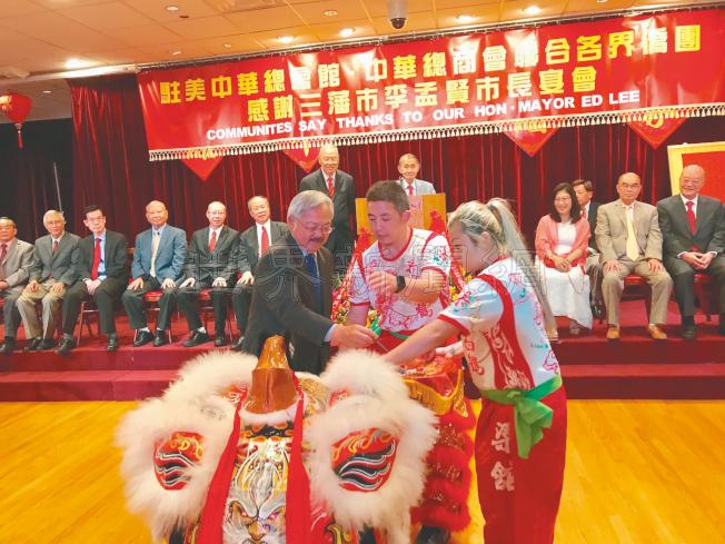 李孟賢(左)為醒獅點睛。(記者黃少華/攝影)