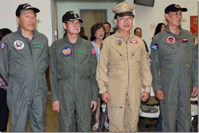 穿著全套空軍健兒的軍裝參加校友會。