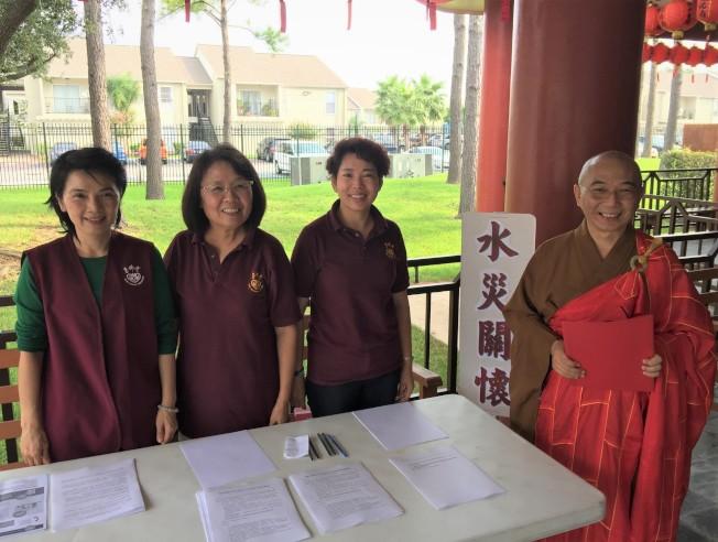德州佛教會副會長宏意法師(右)與義工們在募捐現場。(德州佛教會提供)