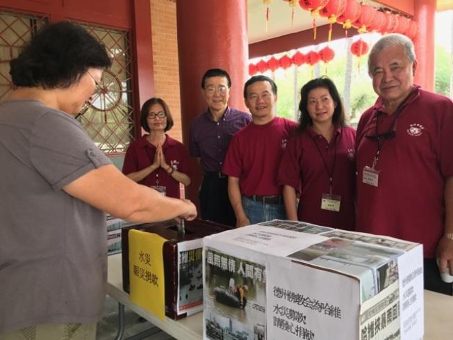 呂氏保險負責人呂振益(右四)與德州佛教會的會友共同為哈維災後重建募款。(德州佛教會提供)