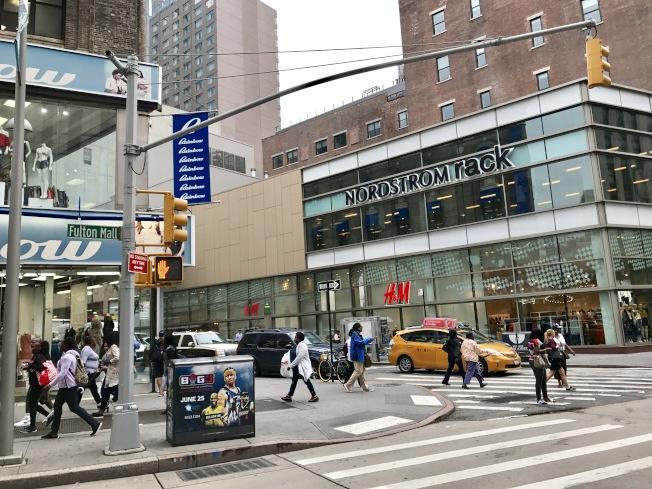 富頓商場擁有寬闊的步行街、上百家店面,是年輕人的聚集之地。(記者俞姝含/攝影)