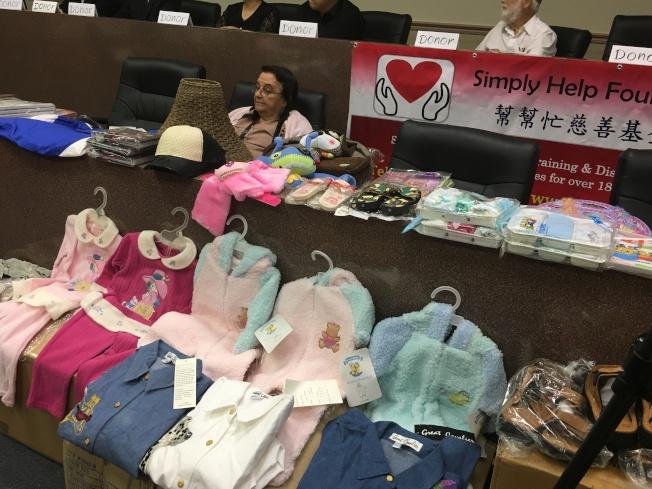 今年幫幫忙基金會送出33個貨櫃,內容包括新衣服、鞋類、嬰兒用品、LED照明燈具、布料、瓷器、皮包、玩具等價值280萬元的生活用品。(記者謝雨珊/攝影)