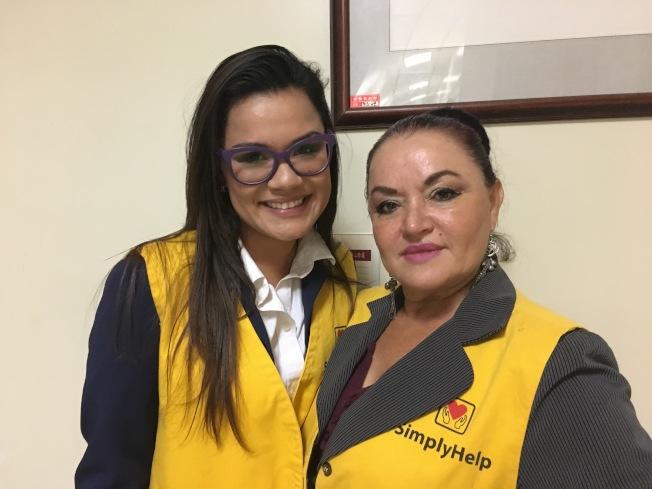 幫幫忙基金會志工Celeste Pinedy(左)與媽媽 Connie Pineda(右) 於8月前往瓜地馬拉偏遠地區,共發放75箱民生物資。(記者謝雨珊/攝影)