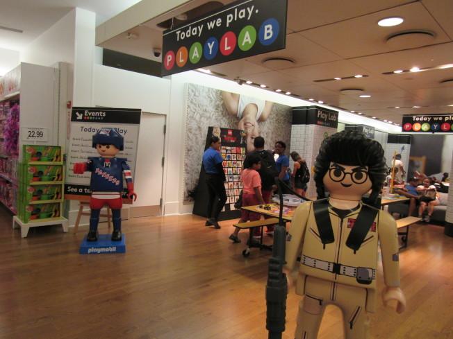 「玩樂實驗室」提供許多玩具讓小朋友能夠試玩。(記者顏嘉瑩/攝影)