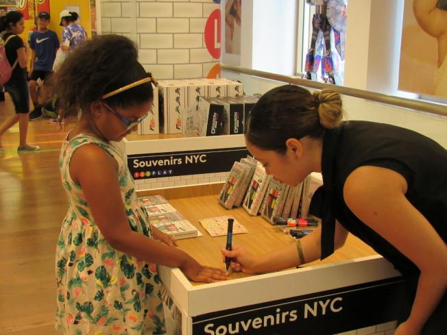 店內有許多店員細心向孩子介紹玩具玩法。(記者顏嘉瑩/攝影)
