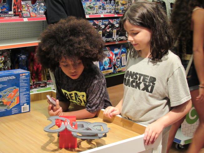 玩具反斗城在時報廣場的快閃店開幕首日,就吸引許多家長帶著小朋友前來。(記者顏嘉瑩/攝影)
