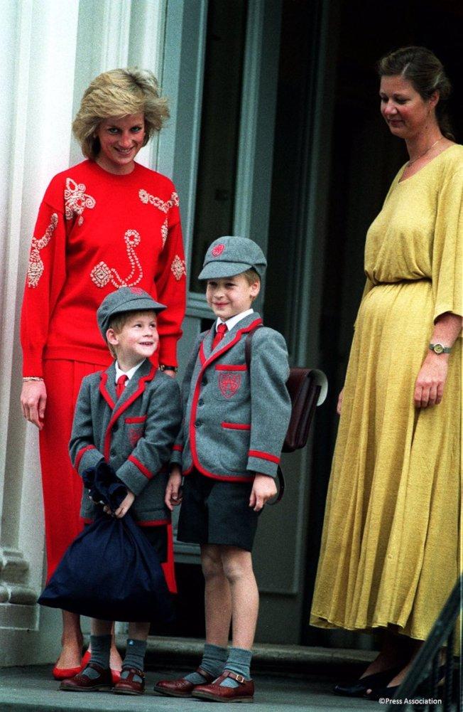 哈利與威廉王子當年在黛妃(左)的陪伴下開心上學。(圖/取自肯辛頓宮推特)