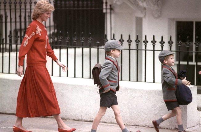 黛妃陪伴哈利與威廉王子上學。(圖/取自肯辛頓宮推特)