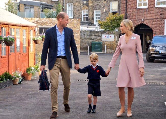 英國小王子喬治牽著父親威廉(左)與校長的手上學去。(圖/取自肯辛頓宮推特)