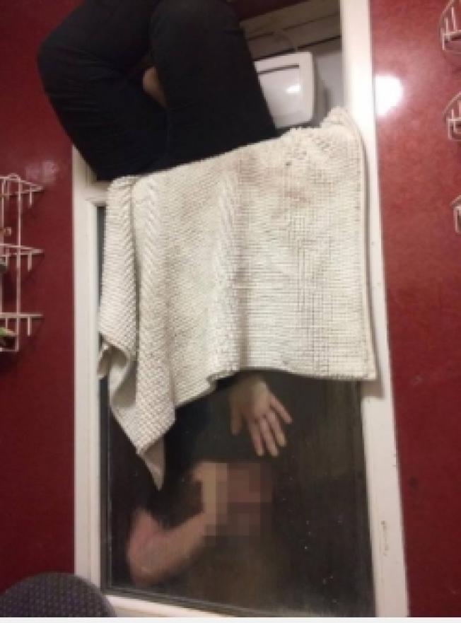 女子從窗戶頂端進入夾層,「頭下腳上」卡在窗戶間夾層。圖/擷自BBC