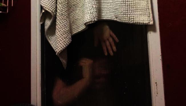 英國一名女子到男生家裡約會,如廁後發現馬桶壞掉,於是把大便包起來丟出窗外,結果大便跟自己都卡在窗戶動彈不得。圖/擷自BBC