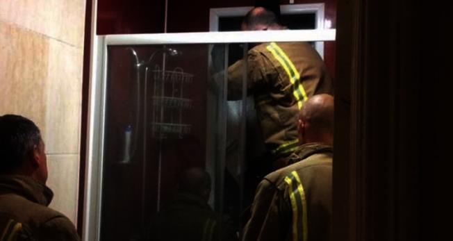 女子為了要撿自己的大便,意外地卡在窗戶,最後只好請來警消救援。圖/擷自BBC