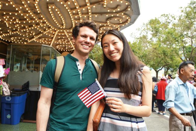 來自中國的張雪凡(右)說,最喜歡美國的包容性和多元化,而且鼓勵人懷揣夢想,努力拼搏。(記者劉先進/攝影)