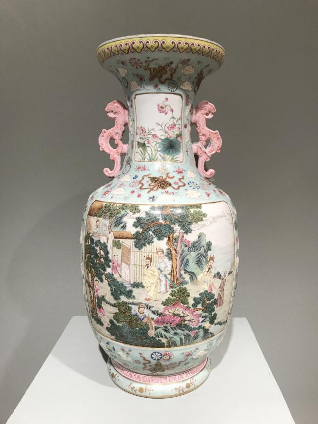 乾隆粉彩花瓶製作精良。(記者俞姝含/攝影)