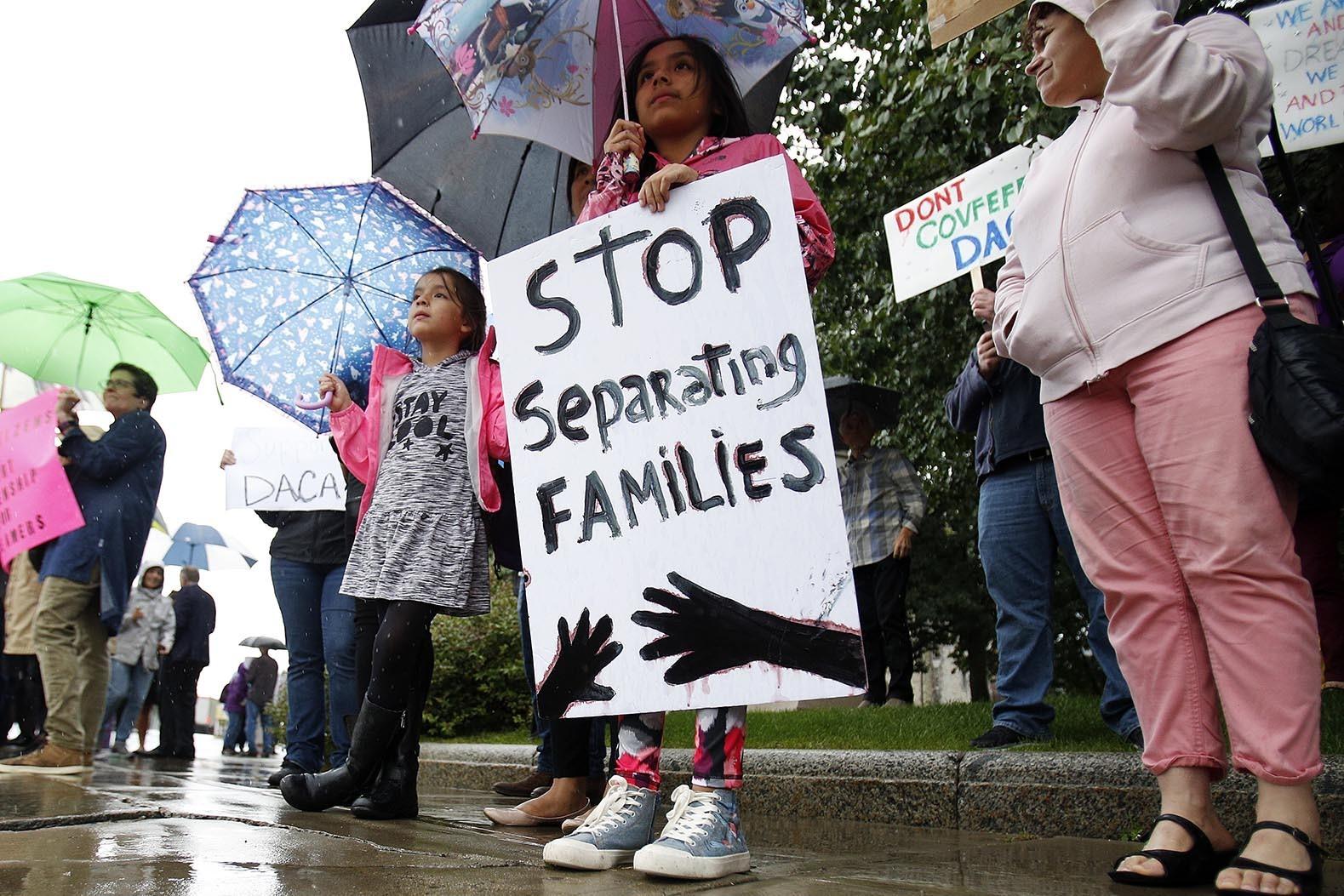 支持DACA權益者在麻州匹茲菲德呼籲保護夢想生。(美聯社)