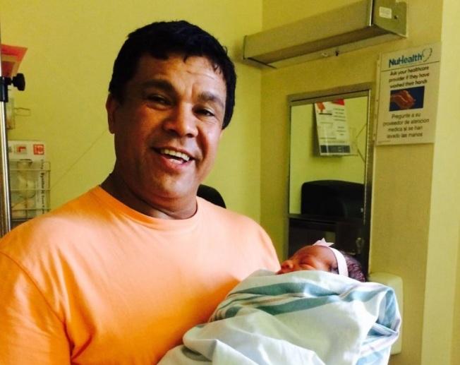 圖為突遭遣返的長島54歲男子瓦斯奎茲,抱著孫子合照。(取自推文)