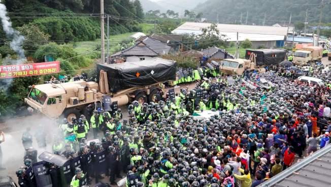 南韓在南部星州郡部署美國的薩德飛彈系統,7日運送裝備時,遭到群眾聚集抗議,鎮暴警察圍成人牆,阻隔群眾。(Getty Images)