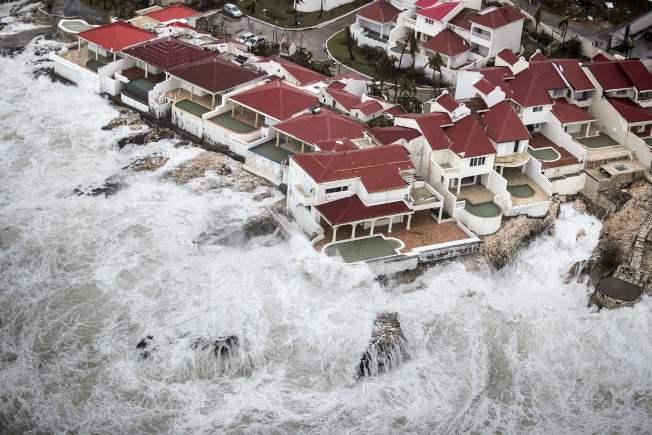 荷蘭國防部公布的照片顯示,颶風厄瑪挾著巨浪狂襲荷屬聖馬丁島。(Getty Images)