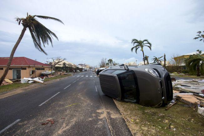 颶風厄瑪威力驚人,法屬聖馬丁島上一輛汽車被掀翻。(Getty Images)