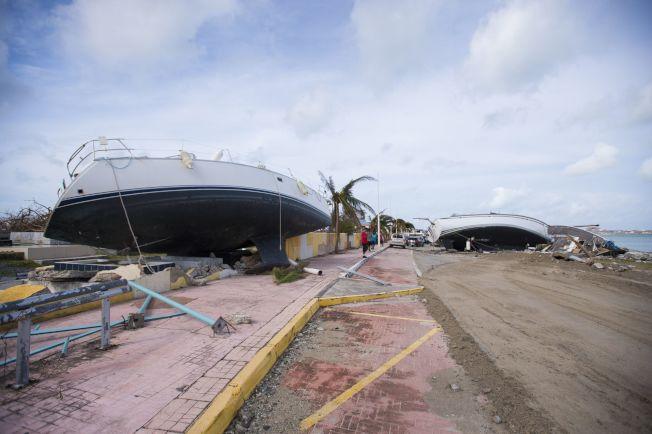 颶風厄瑪威力驚人,法屬聖馬丁島在颶風過後,遊艇被巨浪打上岸翻覆。(Getty Images)