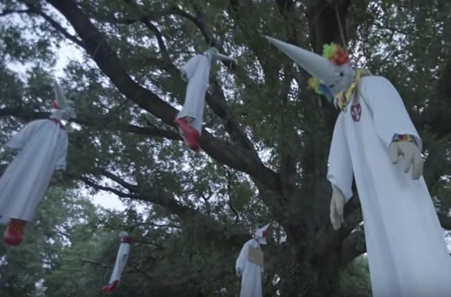 里奇蒙市區布萊恩公園,本周四出現八尊三K黨傀儡被吊上樹,這是非營利藝術組織Indecline的創作。(Indecline影片截屏)