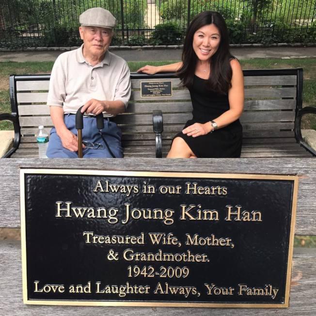 費城一處公園,留有韓妮迪亞與父親紀念母親的長凳。(取自臉書)