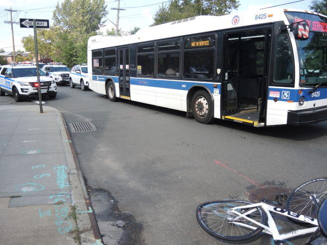 肇事公車停在現場,單車倒在地上。(記者朱蕾/攝影)