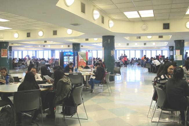 學生在紐約公校食堂就餐。(記者金春香/攝影)