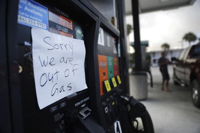 超強颶風厄瑪暴風圈範圍恐將吞噬整個佛羅里達州。圖為佛州一處加油站貼出沒油的訊息。美聯社