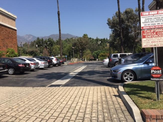 穿過兩處商業地產的停車場才能進入住宅,盡頭處才是住宅。(記者張宏/攝影)