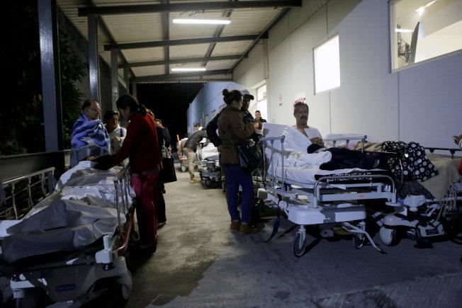 墨西哥ISSSTE的病患及其家屬地震後疏散到建築物外面。(路透)