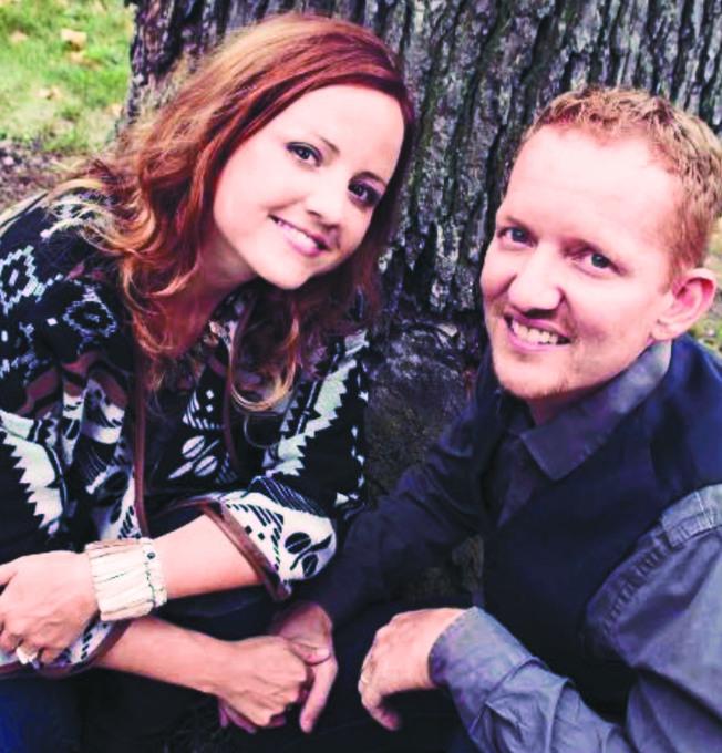 狄克利恩(左)為了生第六胎,選擇放棄癌症治療。圖為她和丈夫尼克合影。(美聯社)